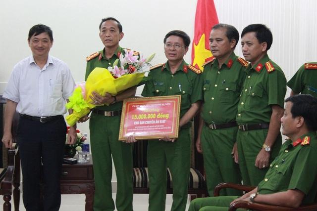 Phó Chủ tịch UBND thành phố Đà Nẵng Đặng Việt Dũng đã thưởng nóng cho lực lượng công an