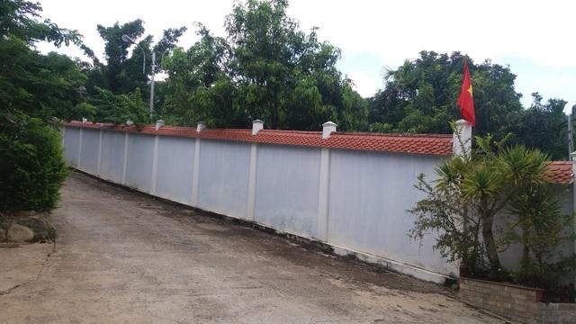 Hàng rào bao bọc biệt phủ vẫn chưa được tháo dỡ
