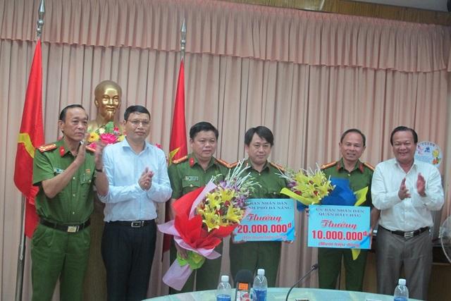 Lãnh đạo UBND TP Đà Nẵng và UBND quận Hải Châu thưởng nóng cho Công an quận Hải Châu