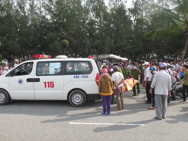 Thi thể nạn nhân được đưa lên xe chở về bệnh viện