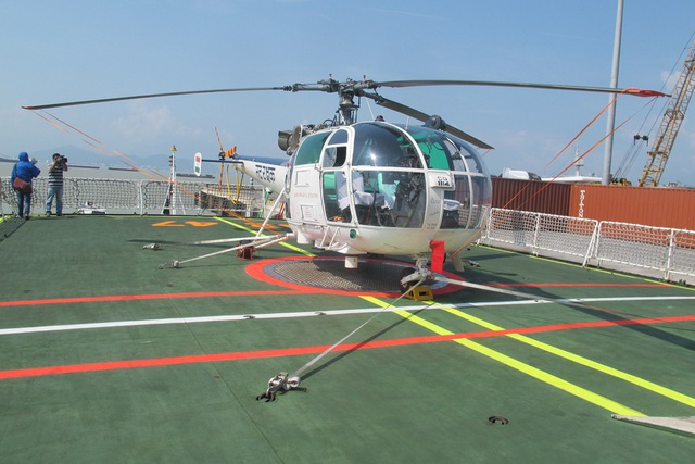 Tàu được trang bị một trực thăng Chetak