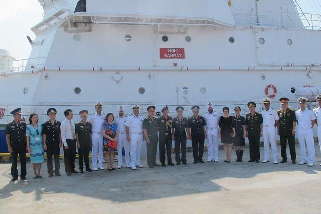 Đại diện các cơ quan, đơn vị của Việt Nam chụp hình lưu niệm với chỉ huy tàu