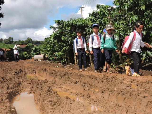 Học sinh điểm trường Trần Bội Cơ đi học trên con đường sình lầy