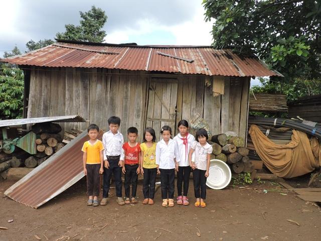 7 em học sinh ở trong căn nhà chật chội, ẩm thấp