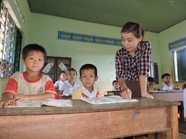Cô Trang hướng dẫn các em học
