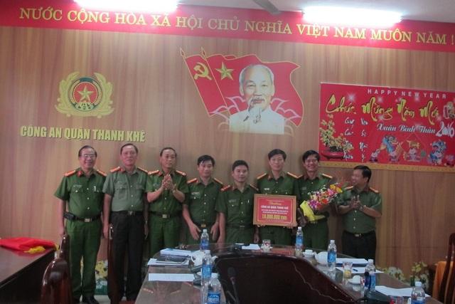 Thừa quỷ quyền của Chủ tịch UBND TP Đà Nẵng, Đại tá Trần Mưu – Phó Giám đốc Công an TP Đà Nẵng đã trao thưởng nóng 10 triệu đồng cho Công an quận Thanh Khê