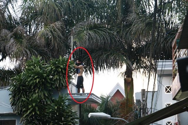 Nam thanh niên cố thủ trên nóc nhà