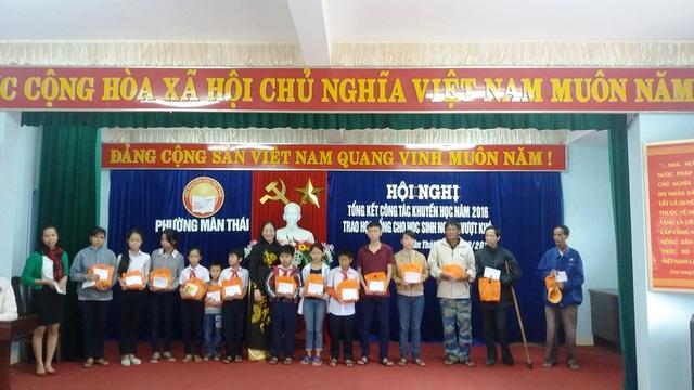Các em học sinh và đại diện gia đình các em nhận học bổng