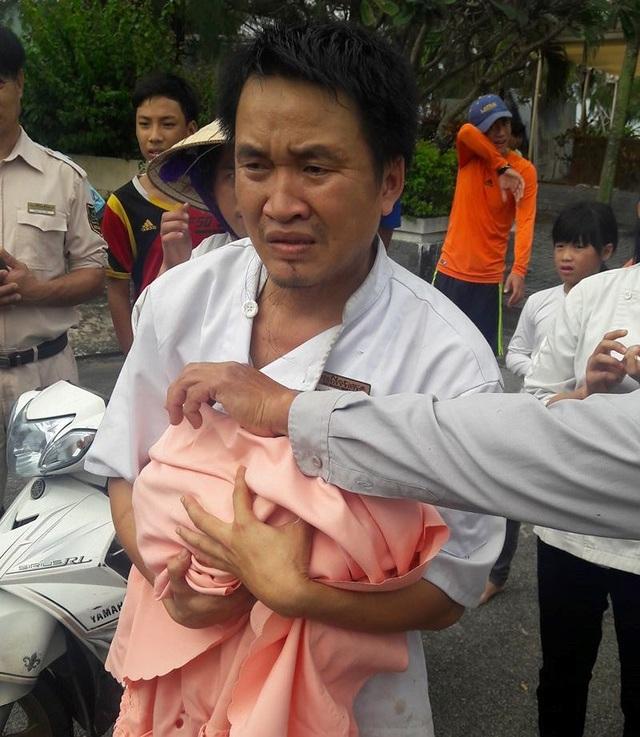 Cháu bé được các nhân viên của khu du lịch Xuân Thiều phát hiện và đưa đi cấp cứu kịp thời (ảnh FB Ngo Antonia)