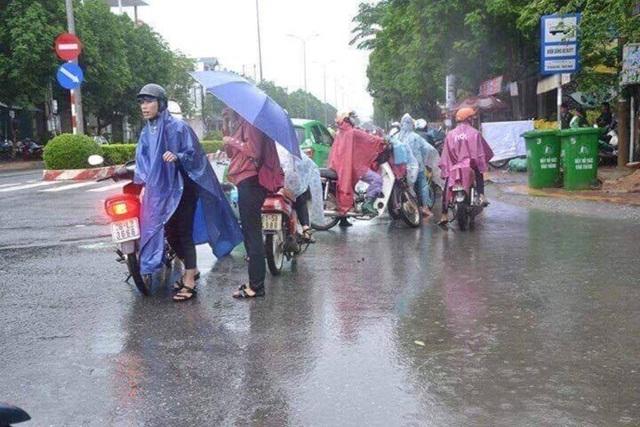 Nhiều xe máy của người dân bị chết máy khi đi vào những tuyến đường ngập.