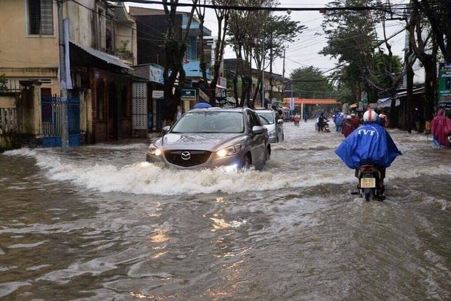 Mưa lũ khiến nhiều tuyến đường ở Quảng Ngãi bị ngập (ảnh Bảo An)