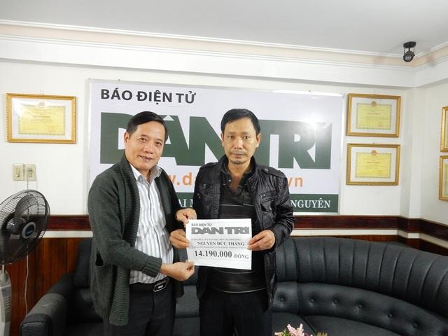 Nhà báo Đình Hòa – Trưởng đại diện báo Dân trí tại Đà Nẵng trao tiền của bạn đọc ủng hộ tới ông Nguyễn Đức Thắng