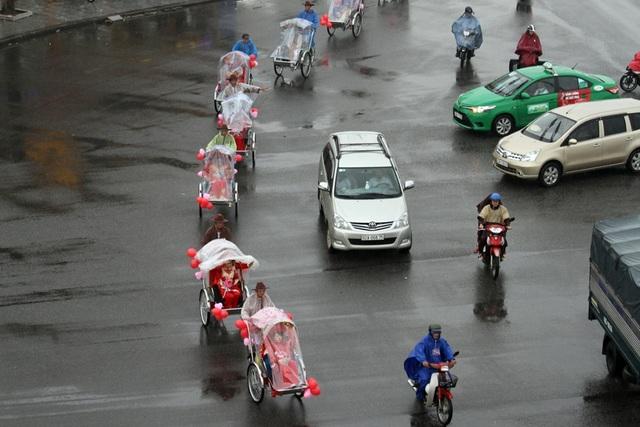 Lễ rước dâu bằng xe xích lô bắt đầu từ trụ sở Liên đoàn Lao động TP Đà Nẵng đến Nhà Văn hóa Lao động TP Đà Nẵng – nơi diễn ra chương trình lễ cưới.