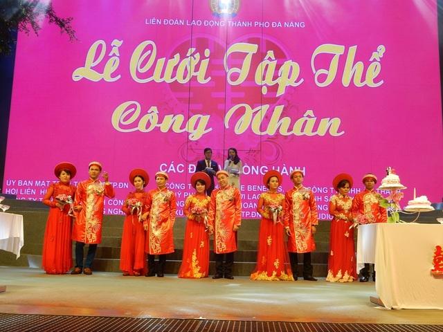 Sau đó, các cặp đôi di chuyển đến Nhà Văn hóa Lao động TP Đà Nẵng – nơi diễn ra chương trình lễ cưới