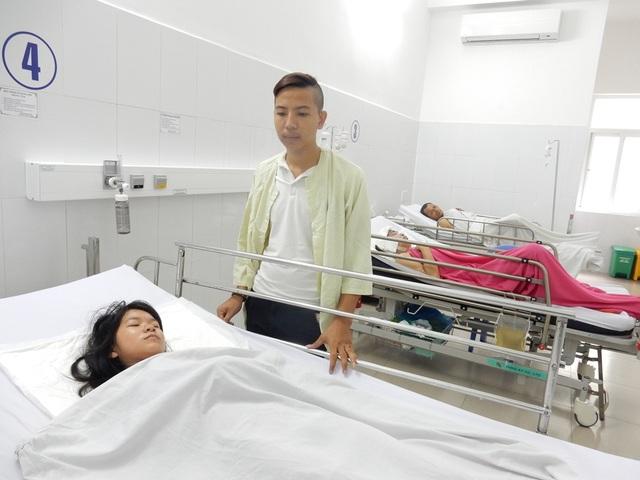 Bố đã mất, mẹ bị tai biến liệt nửa người nên khi Linh nằm viện phải nhờ đến dì ruột, con của dì và anh rể thay phiên nhau chăm sóc