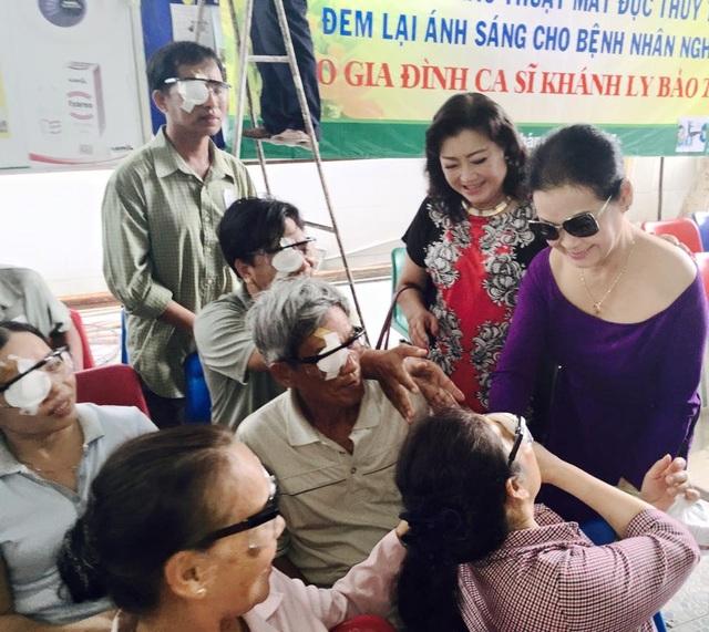 Ca sĩ Khánh Ly đã từng thực hiện chương trình tài trợ bệnh nhân nghèo mổ mắt với nghệ sĩ Kim Cương