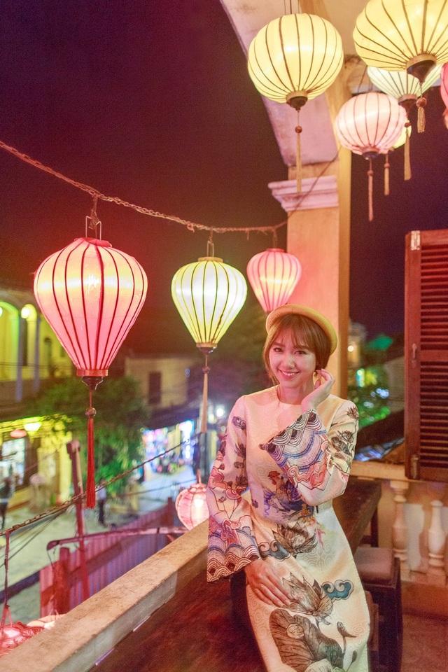 Hari Won cho biết, cô rất thích mặc áo dài vì đây là trang phục tôn lên vẻ đẹp nữ tính và dịu dàng của phụ nữ Việt Nam.