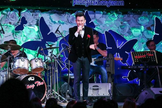 Tiếp nối chương trình là Dương Triệu Vũ với liên khúc Mười năm tình cũ và 1 sáng tác mới của nhạc sĩ Thái Thịnh dành cho anh - Mãi mãi không ân hận.