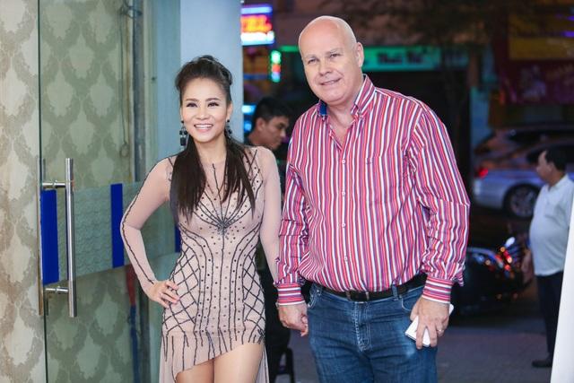 Nữ ca sĩ Thu Minh vừa xong chương trình VietNam Idol đã vội vã chạy về kịp có mặt cùng đêm nhạc. Cô được chồng hộ tống đi diễn trong thời gian gần đây.