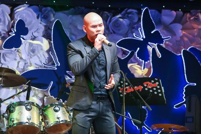 """Ca sỹ Phan Đinh Tùng tham gia trong đêm nhạc với 2 ca khúc """"Nửa hồn thương đau"""" và """"Điều tôi có thể""""."""