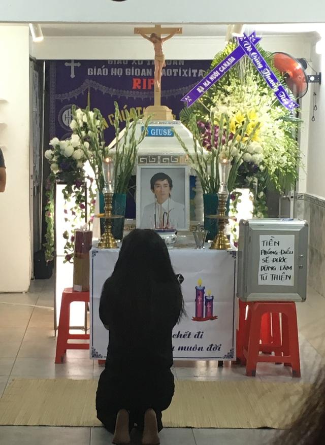 Nghệ sĩ Ngân Quỳnh, người cùng tham gia với ca sĩ Minh Thuận trong Gương mặt thân quen đã gần như ngã quỵ khi đứng trước linh cữu của anh.
