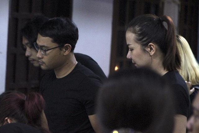 Nghệ sĩ Việt khóc nghẹn khi đến viếng ca sĩ Minh Thuận lúc tối muộn - 2