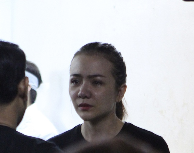 Diễn viên Ái Châu khóc nức nở