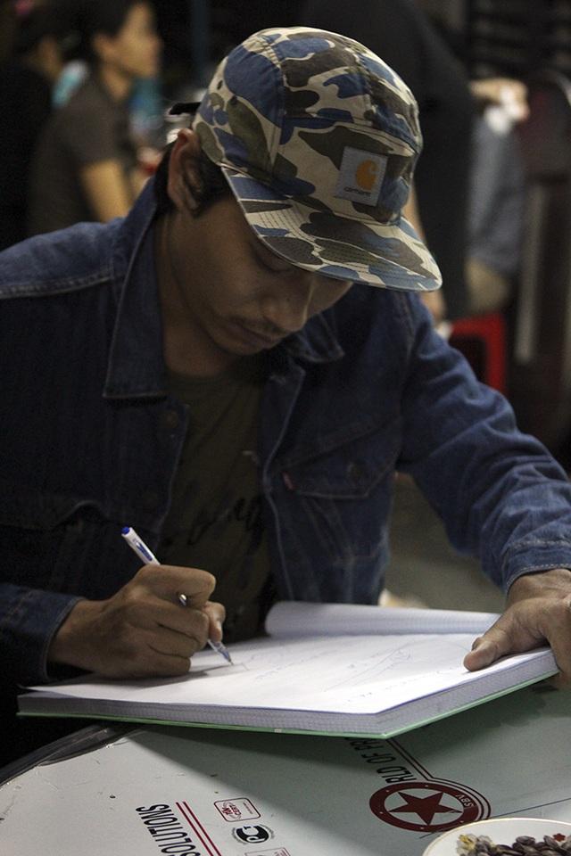 Diễn viên Kiều Minh Tuấn đi cùng Cát Phượng đến viếng nam ca sĩ, diễn viên Minh Thuận.