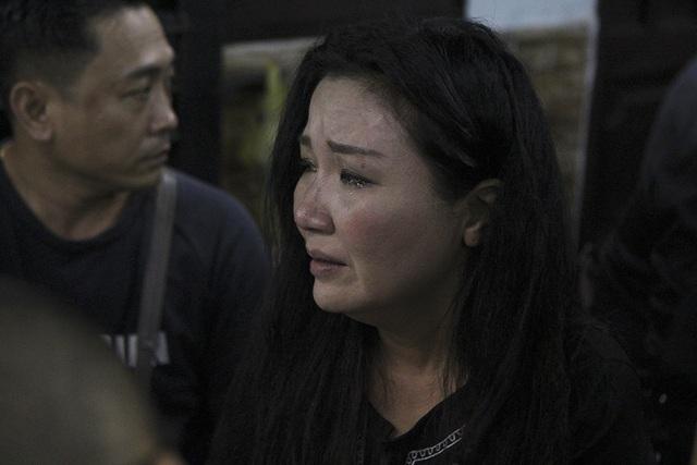 Nghệ sĩ Việt khóc nghẹn khi đến viếng ca sĩ Minh Thuận lúc tối muộn - 7
