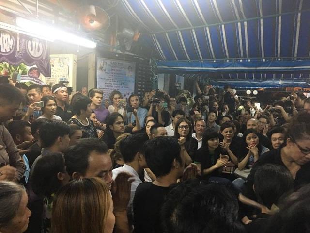 Đông đảo nghệ sĩ và khán giả đều chăm chú lắng nghe những giai điệu đầy kỷ niệm của Minh Thuận