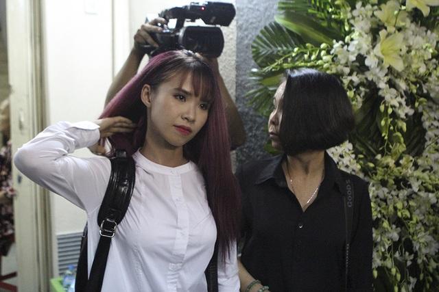 Khởi My cũng cùng mẹ đến viếng ca sĩ Minh Thuận