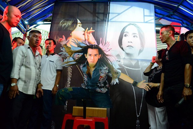 Nói là sân khấu nhưng hoàn toàn không có bục, tất cả đều được làm trong không gian nhỏ, ấm áp với hình ảnh nổi bật của Minh Thuận khi xuất hiện trên sân khấu.