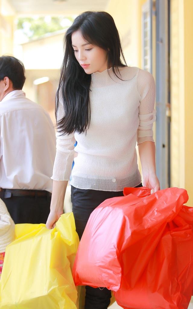Khởi hành từ Sài Gòn lúc trời còn mờ sáng, Hoa hậu Việt Nam 2014 cùng với những người bạn của cô đã vượt gần 200 cây số, có mặt tại vào sáng sớm để chuẩn bị trao quà tặng cho các em.