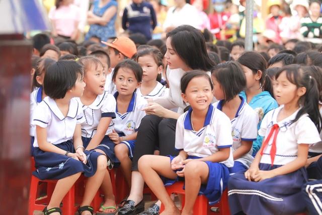 Gần 300 học sinh chỉ có 6 phòng và đến 9 lớp, hệ thống phòng ốc, sinh hoạt của trường tiểu học Tân Hòa A, điểm Cây Khế vô cùng nghèo nàn. Các bé phải chia và giảm bớt thời gian học tập trong chương trình nhằm san sẻ phòng học cho nhau.