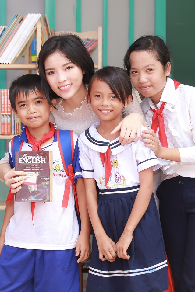 Bên cạnh đó, người đẹp còn mang theo rất nhiều truyện tranh, sách khoa học thiếu nhi, tiếng Anh,… được cô mua, quyên góp từ những người thân, bạn bè ở Sài Gòn để trao tặng 6 kệ sách mini cho 6 phòng học của nhà trường.
