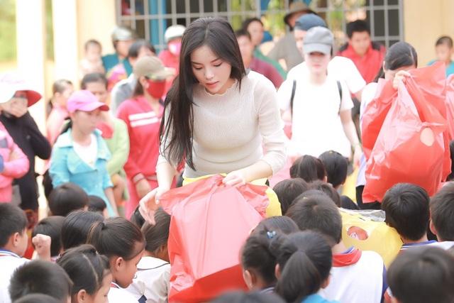 Tại đây, Kỳ Duyên cùng với những người bạn của mình đã trao tặng gần 300 phần quà cho các em học sinh nghèo gồm tập sách, bút, ba lô, áo thun, máy tính học sinh,…