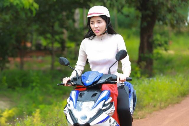Kỳ Duyên mặc trang phục trắng đen đơn giản, chạy xe máy đi trao quà cho bà con nghèo, khác xa hoàn toàn với một hoa hậu xinh đẹp lộng lẫy xuất hiện ở các sự kiện.