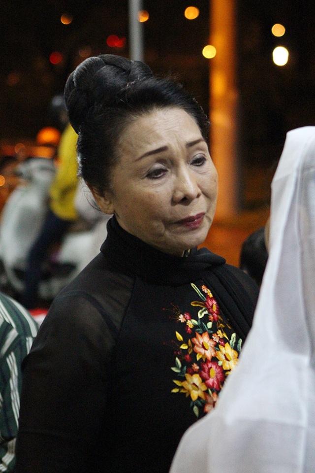 NSND Bạch Tuyết an ủi Quế Trân, con gái cố nghệ sĩ Thanh Tòng.