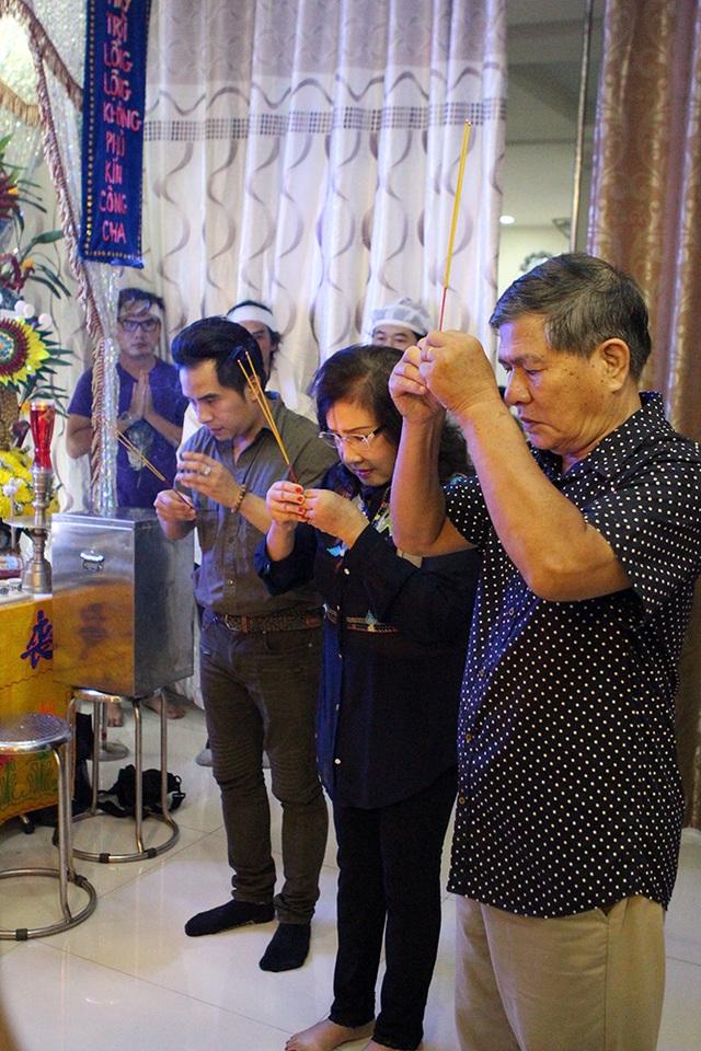 Cùng đi với Lệ Thủy còn có chồng và con trai Dương Đình Trí.