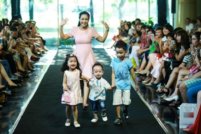 Đây là lần đầu tiên nữ diễn viên đưa con trai nhỏ tuổi đến sân khấu một chương trình thời trang dành riêng cho thiếu nhi.