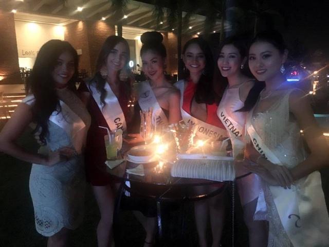 Trong tối đầu tiên, Bảo Như cùng người đẹp các nước đã tham gia đêm tiệc chào mừng chính thức của cuộc thi.