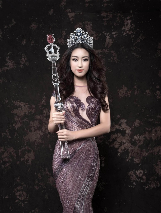 Đỗ Mỹ Linh được đánh giá là một trong những hoa hậu có vóc dáng chuẩn, chính vì thế, những thiết kế tôn dáng như thế này luôn là sự lựa chọn hàng đầu dành cho cô.