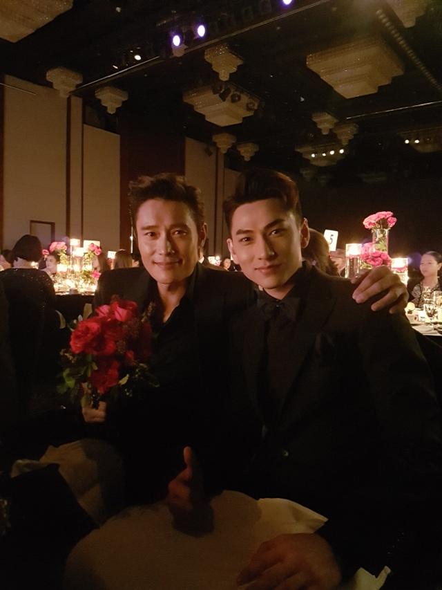 Tại buổi tiệc trao giải,Isaac được xếp ngồi cạnh nam diễn viên Lee Byun Hun.