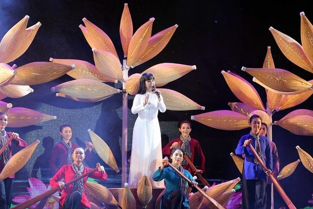 Ca sĩ Ánh Tuyết trình diễn Miền Nam nhớ mãi ơn Người cùng dàn múa minh họa mang đậm hình ảnh văn hóa người dân miền Nam