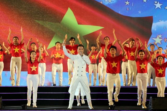 Anh còn nhận được sự cổ vũ cuồng nhiệt của khán giả khi nhảy cùng 60 vũ công và cất cao lời ca hiệu triệu Tổ quốc gọi tên mình được phối theo thể loại nhạc điện tử EDM.
