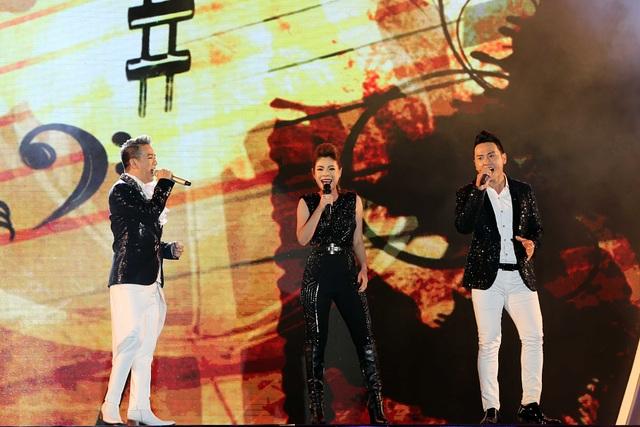 Đặc biệt sự xuất hiện cháy hết mình của Đàm Vĩnh Hưng với ca khúc Hãy đàn lên hát cùng với Thanh Thảo, Hàn Thái Tú