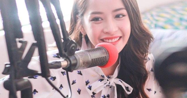 Chi Pu được bài radio Indonesia phỏng vấn. Cô là một trong những nhân tố biến hóa đa dạng, nhiều màu sắc bậc nhất showbiz Việt.