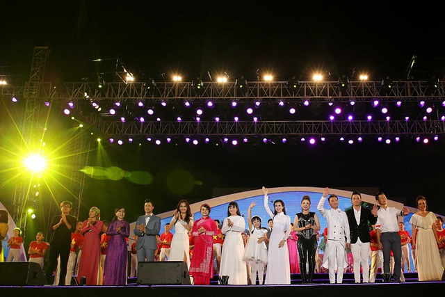 Đêm nhạc khép lại với màn hòa ca của toàn bộ ca sĩ trong ca khúc Những trái tim Việt Nam, đã để lại nhiều ấn tượng sâu sắc cho hàng chục ngàn người dân thành Vinh.