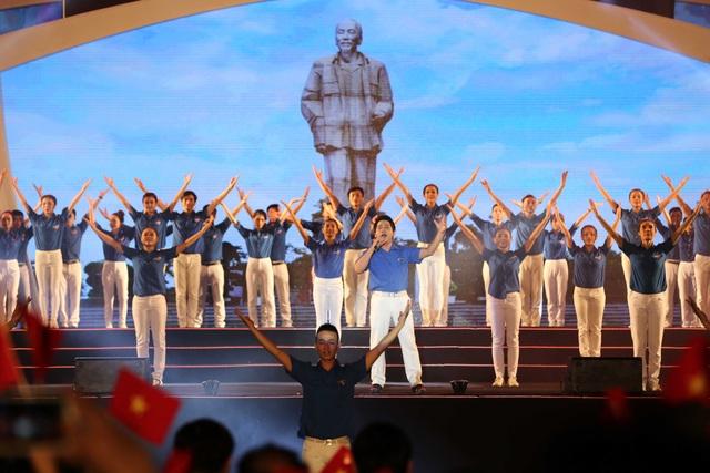 Ca sĩ Trọng Tấn và 50 sinh viên Đại học Vinh mở màn, khuấy động không khí với tiết mục Lên đàng - ca khúc chính thức của Hội Liên hiệp thanh niên Việt Nam.