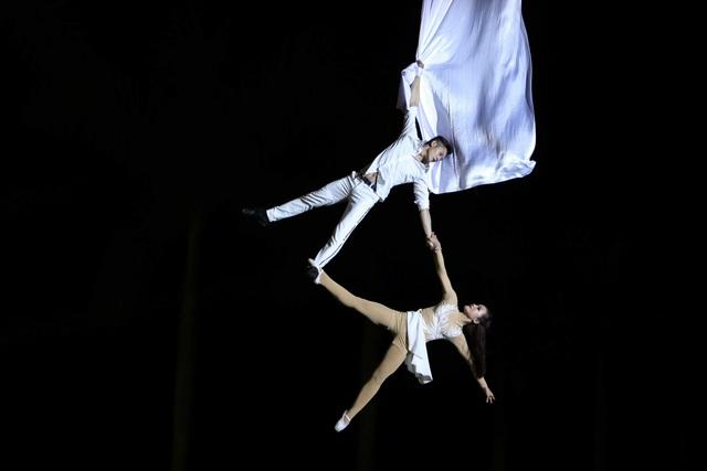 Phần hiệu ứng cho tiết mục với cảnh hai diễn viên múa của Đoàn xiếc TP.HCM treo mình, bay lượn trên không trung bằng dải lụa như đôi chim bồ câu trắng gây xúc động cho khán giả.